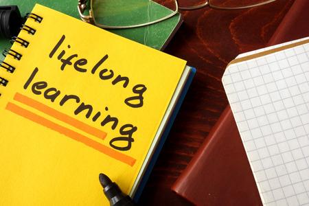 Notebook avec le signe de l'apprentissage continu. concept de l'éducation.