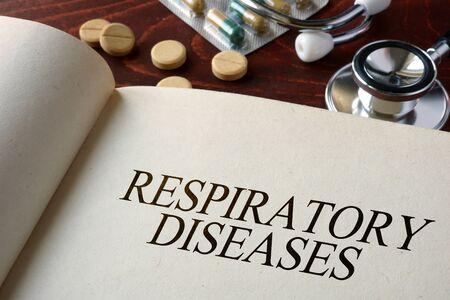 alveolos: Libro con enfermedades respiratorias diagn�stico. Concepto m�dico. Foto de archivo