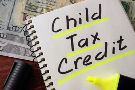 Notebook con il segno di credito d'imposta bambino su un tavolo. Concetto di affari.