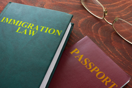 abogado: Reserva con palabras ley de inmigración en una mesa.