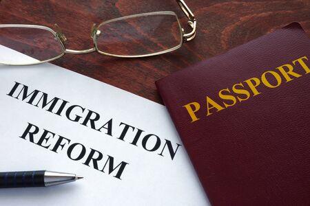 emigranti: Carta con la riforma dell'immigrazione su un tavolo.