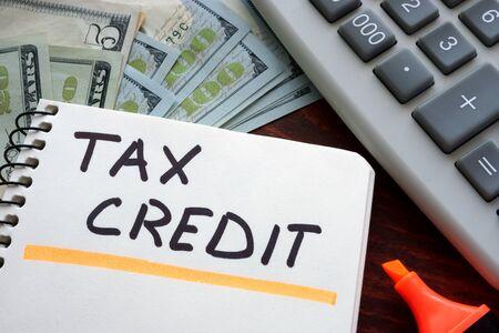 impuestos: Cuaderno con el signo de crédito fiscal sobre una mesa. Concepto de negocio.