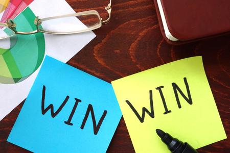 cooperativismo: Ganar-ganar escrito en los papeles. Concepto de negocio. Foto de archivo