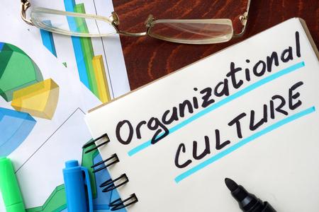 Kultura organizacyjna napisany w notatniku. Pomysł na biznes. Zdjęcie Seryjne