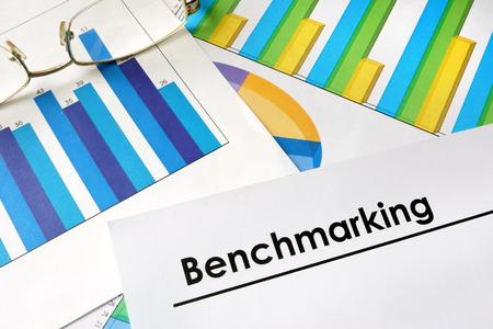 La evaluación comparativa papel con palabras y gráficos. Foto de archivo