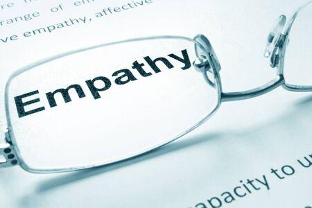 empatia: Empatía firmar en un papel y vasos.