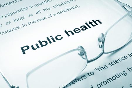 salud publica: Muestra de la salud p�blica en un papel y vasos.