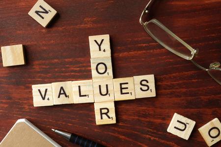 Mots Vos valeurs des blocs en bois avec des lettres.