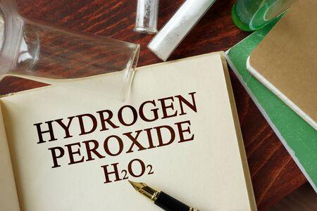 hidrogeno: per�xido de hidr�geno palabras escritas en una p�gina. Concepto de la qu�mica.