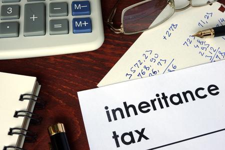 Impôt sur les successions écrit sur un papier. Financial concept.