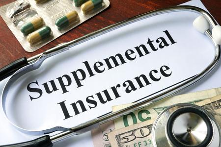 Assurance complémentaire écrite sur un papier. concept médical.