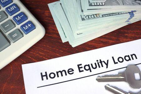 equidad: hogar pr�stamo escrito en un papel. Concepto financiero.