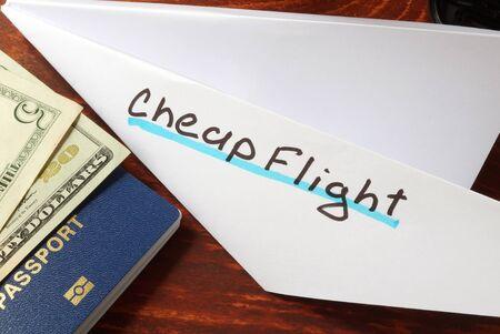 Papierflugzeug mit Worten Flug. Reisen Konzept.