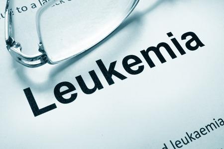 leukemia: Papel con leucemia palabra y gafas.