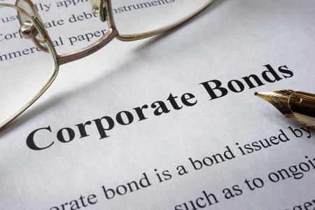 Pagina van de krant met woorden bedrijfsobligaties. Trading concept. Stockfoto