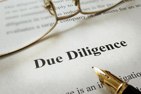 Pagina van papier met woorden Due Diligence Stockfoto