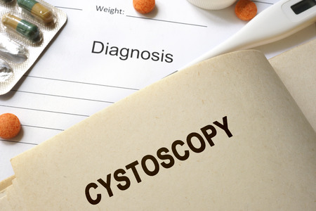 uretra: Página con la palabra cistoscopia y gafas. Concepto médico.