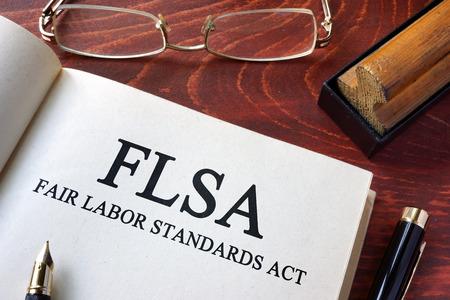 Página con las normas laborales justas FLSA actuar sobre una mesa. Foto de archivo