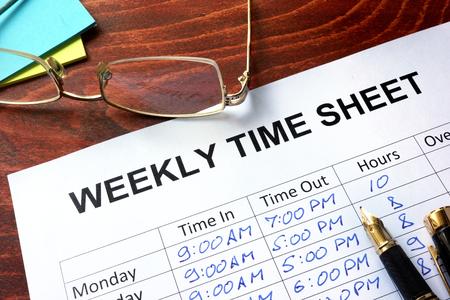 Papier met wekelijkse tijd blad op een tafel. Stockfoto