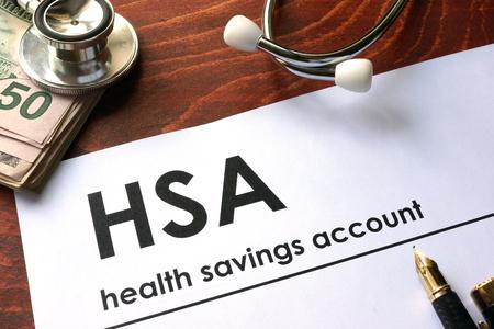 Papel con palabras de cuenta de ahorros de salud semanal (HSA) en una mesa. Foto de archivo - 60527092