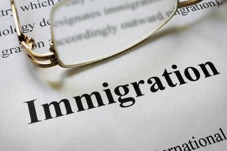 言葉移民とメガネの紙。法の概念。 写真素材