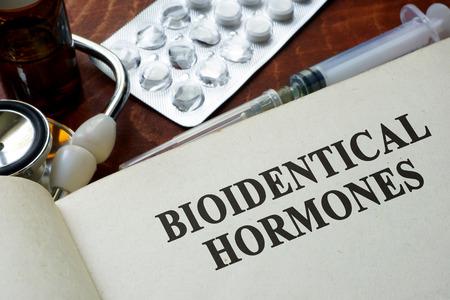 hormonas: Libro con hormonas bioidénticas palabras sobre una mesa.