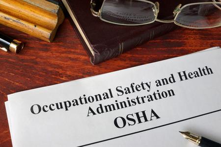 Sécurité et santé administration OSHA et un livre.