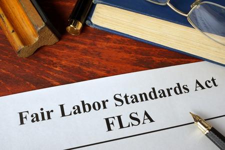FLSA Fair Labor Standards Act en een boek.