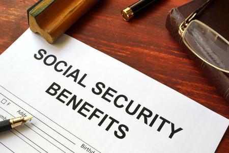 seguridad social: Forma de beneficios de seguridad social, libros y gafas.