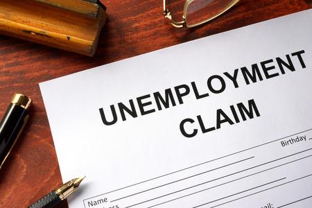 formulario de reclamación de desempleo en una mesa de oficina.