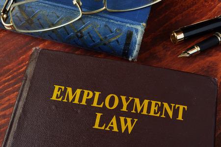 Prenota il diritto del lavoro con titolo su un tavolo.