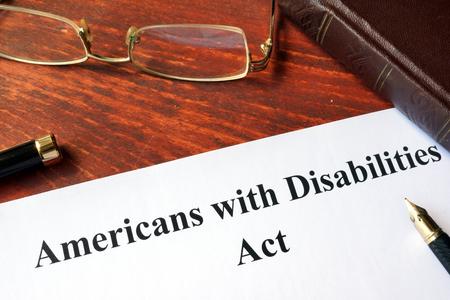 Papel con el título Ley de Americanos con Discapacidades. Foto de archivo