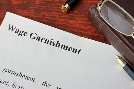 임금 Garnishment 정의 종이에 작성합니다.