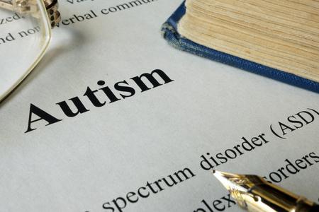 Autismus-Spektrum-Störung ASD auf ein Papier geschrieben.