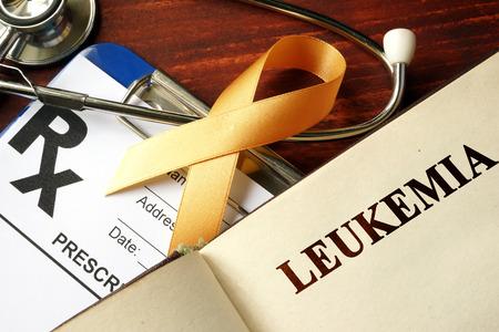 leucemia: Leucemia escrito en una cinta de la conciencia página y naranja.