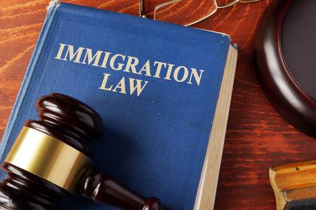 Reserve con las leyes de inmigración del título en una mesa. Foto de archivo - 66579835