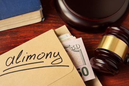 concetto di alimenti. Una busta con denaro contante su un tavolo.