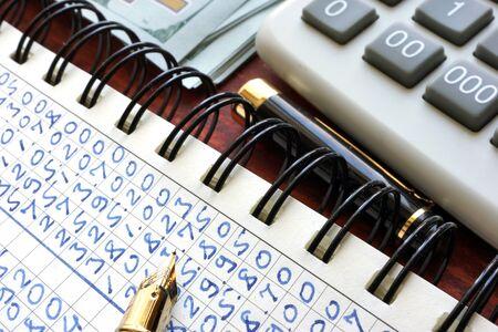 ganancias: informe de ganancias en una nota. Concepto de estadísticas. Foto de archivo