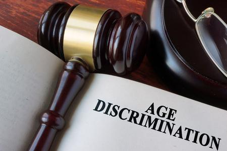 discriminacion: Reserve con la discriminación capítulo edad y un martillo. Foto de archivo