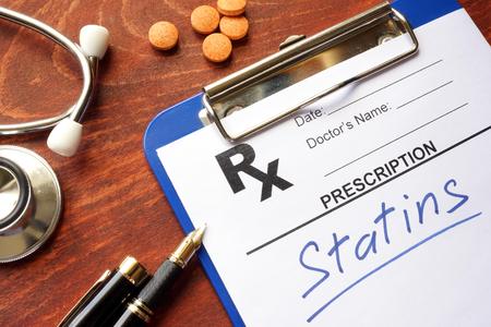 Presse-papiers avec des statines et un stéthoscope écrits.
