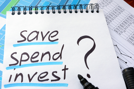 fondos negocios: Note with words save spend invest and marker. Foto de archivo