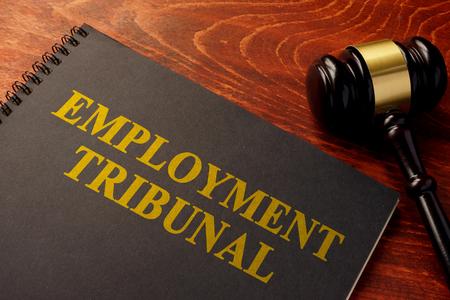 Réservez avec un tribunal du droit du travail sur une table. Banque d'images