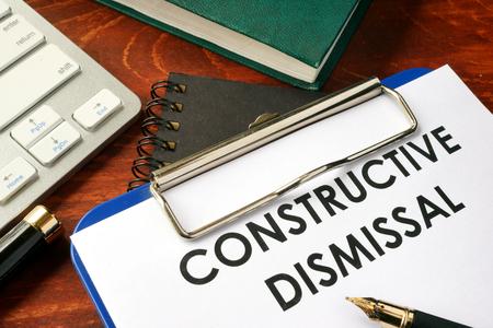 Constructief ontslag op een klembord. Beëindiging van werkgelegenheidsconcept.