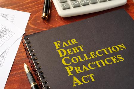 FDCPA Eerlijke incassopraktijken handelen op een tafel.