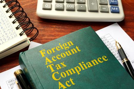 FATCA 外国口座税務コンプライアンス法テーブルの上。