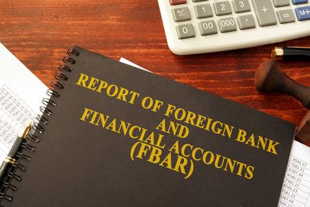 Libro con título Informe de cuentas bancarias y financieras extranjeras (FBAR) Foto de archivo - 78756138