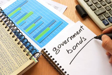 国債、ノートに書かれました。取引の概念。 写真素材