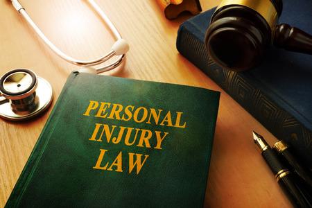 Livre de droit sur les blessures personnelles sur une table.