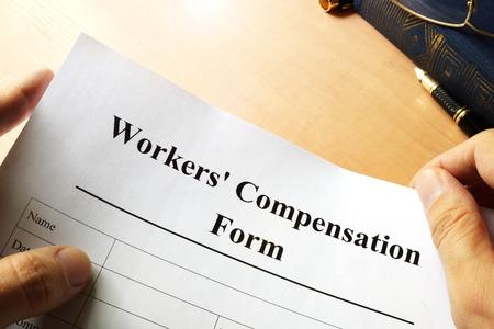 Modulo di compensazione dei lavoratori su un tavolo.