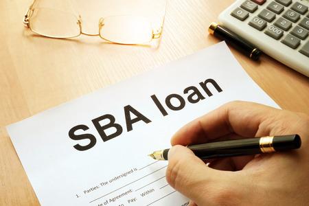 SBA-Darlehensformular auf einer Tabelle. Standard-Bild - 80943649